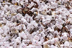 Dost bylo plastů na jedno použití. MŽP posílá 60 milionů na alternativy fastfoodového nádobí.