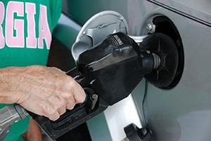 Devět zemí chce od EK datum zákazu prodeje aut na fosilní paliva