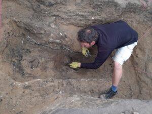 Archeologové plzeňské ZČU objevili poblíž hory Říp unikátní pravěkou mohylu