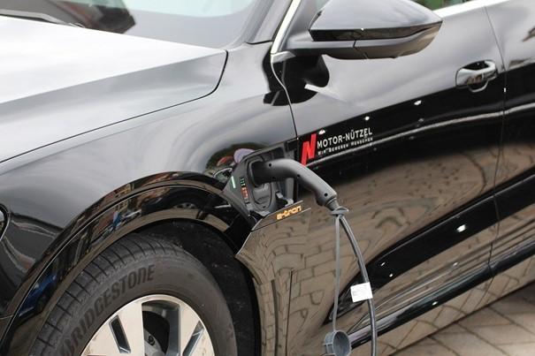EY: V roce 2027 by se v ČR mohlo prodat až 80.000 elektrických aut